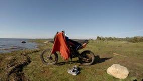 Motociclo sulla riva del bacino idrico di Rybinsk video d archivio