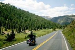Motociclo sulla strada della montagna Fotografia Stock