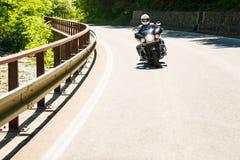 Motociclo sulla strada rurale Immagine Stock Libera da Diritti