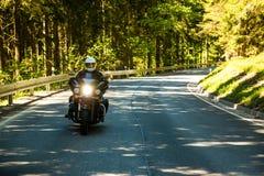 Motociclo sulla strada rurale Immagine Stock