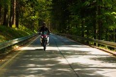 Motociclo sulla strada rurale Fotografia Stock Libera da Diritti