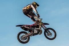 Motocrós del estilo libre - salto de altura Imágenes de archivo libres de regalías