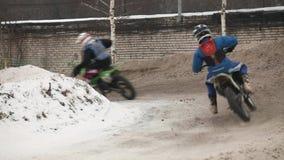 Motocrós del invierno a dar vuelta almacen de metraje de vídeo