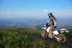 Motocrós extremo en montañas Imagenes de archivo