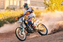 Motocrösser tragen Fotoextrem, Schmutzmeisterschaft, Reiter zur Schau lizenzfreies stockfoto
