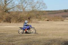 Motocroßmitfahrer lizenzfreie stockfotografie