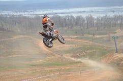 Motocroßmitfahrer auf dem Motorrad Lizenzfreies Stockbild