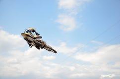 Motocroßmitfahrer auf effizientem Flug des Motorrads Stockfoto