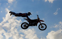 Motocroßmitfahrer in der Luft Lizenzfreies Stockfoto
