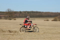 Motocroßmitfahrer in der Tätigkeit lizenzfreies stockfoto
