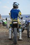 Motocroßmitfahrer im Sturzhelm auf einem Motorrad Lizenzfreies Stockfoto