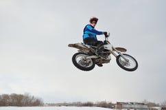 Motocroßmitfahrer springen Blick zurück Stockfotos