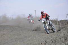 Motocroßmitfahrermotorrad beschleunigt sich vom Drehen Lizenzfreie Stockbilder