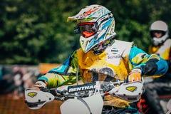 Motocross гонщика подготавливая начать Стоковое фото RF