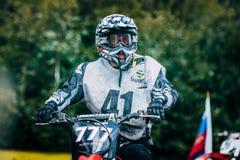 Motocross гонщика подготавливая начать Стоковая Фотография
