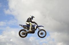 motocross перескакивания холма над гонщиком Стоковая Фотография RF