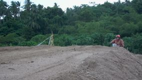 Motocross, das im tropischen Land läuft Langsame Bewegung stock footage