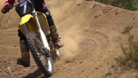 Motocross die dicht omhoog rennen stock videobeelden