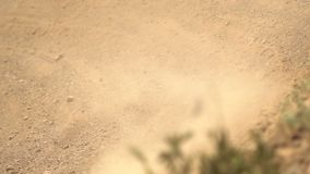 Motocross die dicht omhoog rennen stock video