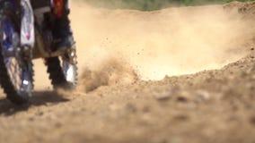 Motocross die dicht omhoog rennen stock footage