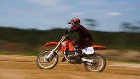 Motocross Dirtbike che corre il mosso di scena fotografia stock