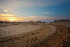 Motocross e auto trilha do esporte com fundo do céu do por do sol Fotografia de Stock