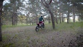 Motocross, enduroruiter op bos Extreem off-road ras Harde enduromotor stock video