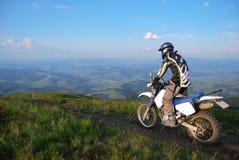 Motocross extremo nas montanhas imagens de stock