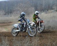 Motocross: Führen einer Biegung Lizenzfreie Stockfotografie