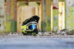Motocross hełm w starej sala obrazy stock