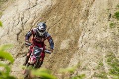motocross Il motociclista si precipita lungo una strada non asfaltata immagini stock libere da diritti