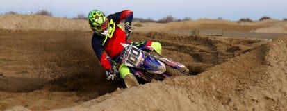 Motocross im Sand lizenzfreie stockfotos
