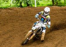 Motocross jeździec bierze kąt z stopy władzą i puszkiem dalej obraz stock