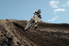 Motocross jeździec na biegowym śladzie Fotografia Stock
