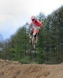 Motocross jeździec skacze wzrost Zdjęcie Royalty Free