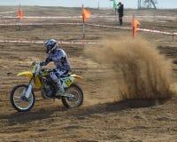 Motocross : les motocyclistes passent un tour photos libres de droits