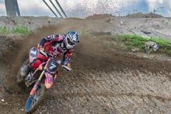 motocross Motocyklista ?pieszy si? wzd?u? drogi gruntowej, brud lata spod k?? Aktywny ekstremum odpoczynek zdjęcie royalty free