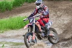 motocross Motocyklista ?pieszy si? wzd?u? drogi gruntowej, brud lata spod k?? zdjęcie royalty free