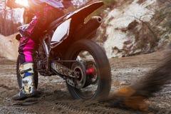 Motocross, Motorrad beginnt, Schlamm großes pllan Lizenzfreie Stockbilder