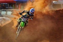 Motocross nimmt eine Ecke lizenzfreie stockfotos