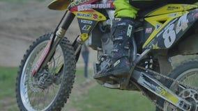 Motocross professionale Rider On Dirt Track del movimento lento eccellente video d archivio
