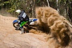 Motocross rasy pyłu jeździec Zdjęcie Royalty Free