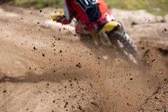Motocross rasy pyłu jeździec Zdjęcia Stock