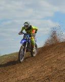 Motocross: Rennen hinunter die Steigung lizenzfreies stockfoto