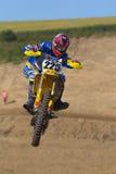 Motocross-Rennläufer, der mit dem Fahrrad springt Lizenzfreies Stockbild
