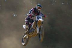 Motocross-Rennläufer, der mit dem Fahrrad springt Lizenzfreie Stockfotografie