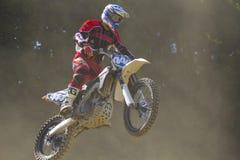 Motocross-Rennläufer, der mit dem Fahrrad springt Stockfotografie