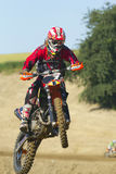 Motocross-Rennläufer, der mit dem Fahrrad springt Lizenzfreie Stockfotos