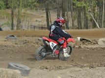 Motocross-Rennläufer-Reiten auf einer Schmutz-Spur Stockbild