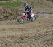 Motocross-Rennläufer-Reiten auf einer Schmutz-Spur Stockfoto